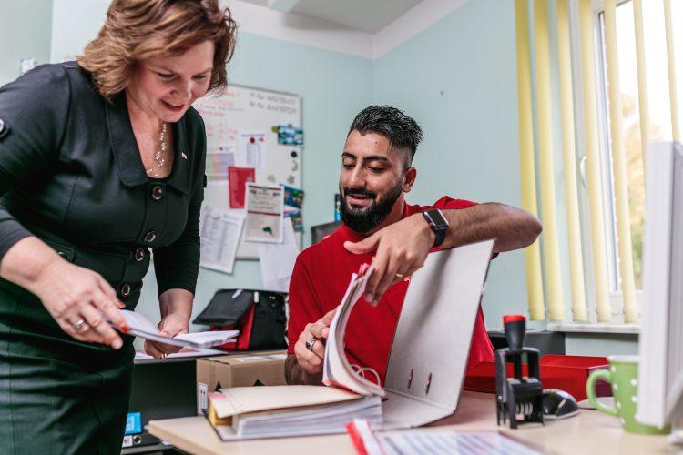 Eine Frau und ein Mann arbeiten am Schreibtisch