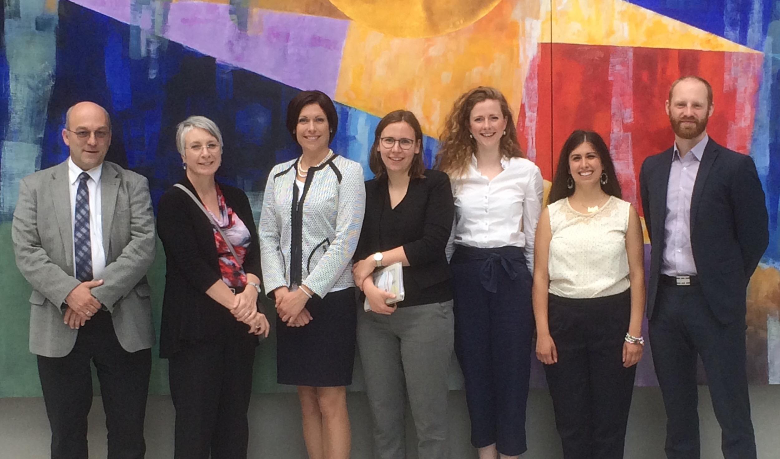 Max Klasen (rechts), Marlene Thiele (4. v. r.) und Dr. Mark Heinzel vom DIHK e. V. (links) begrüßen Arbeitsministerin Patty Hajdu (2. v. l.)und ihre Delegation im Haus der deutschen Wirtschaft.