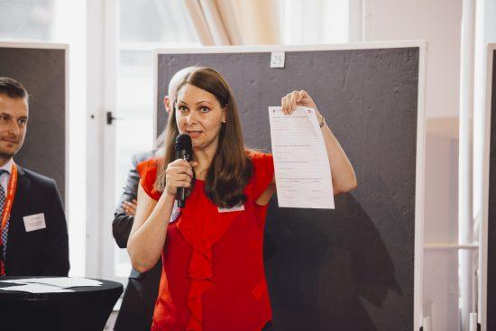 Valentina Mählmeyer erklärt den Tech-Marktplatz.