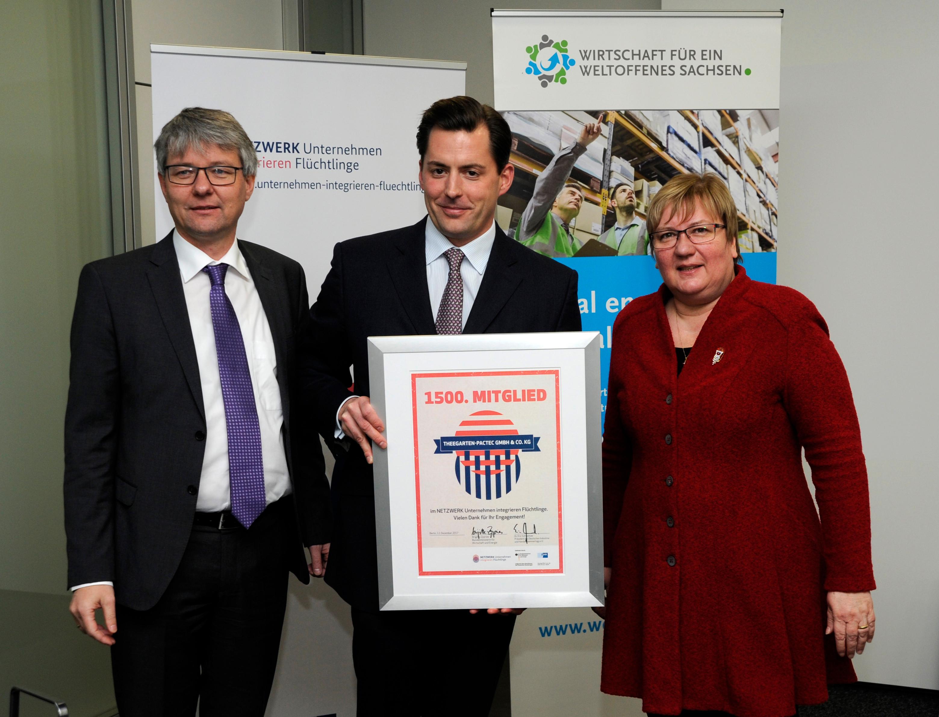 Achim Dercks (DIHK) und Iris Gleicke (BMWi) begrüßen Markus Rustler von Theegarten-Pactec als 1500. Unternehmen im NETZWERK Unternehmen integrieren Flüchtlinge.