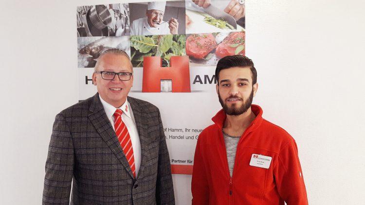 Zufriedene Gesichter im Handelshof: Geschäftsleiter Jürgen Bringsken und Azubi Feras Jasim Khder aus Syrien.