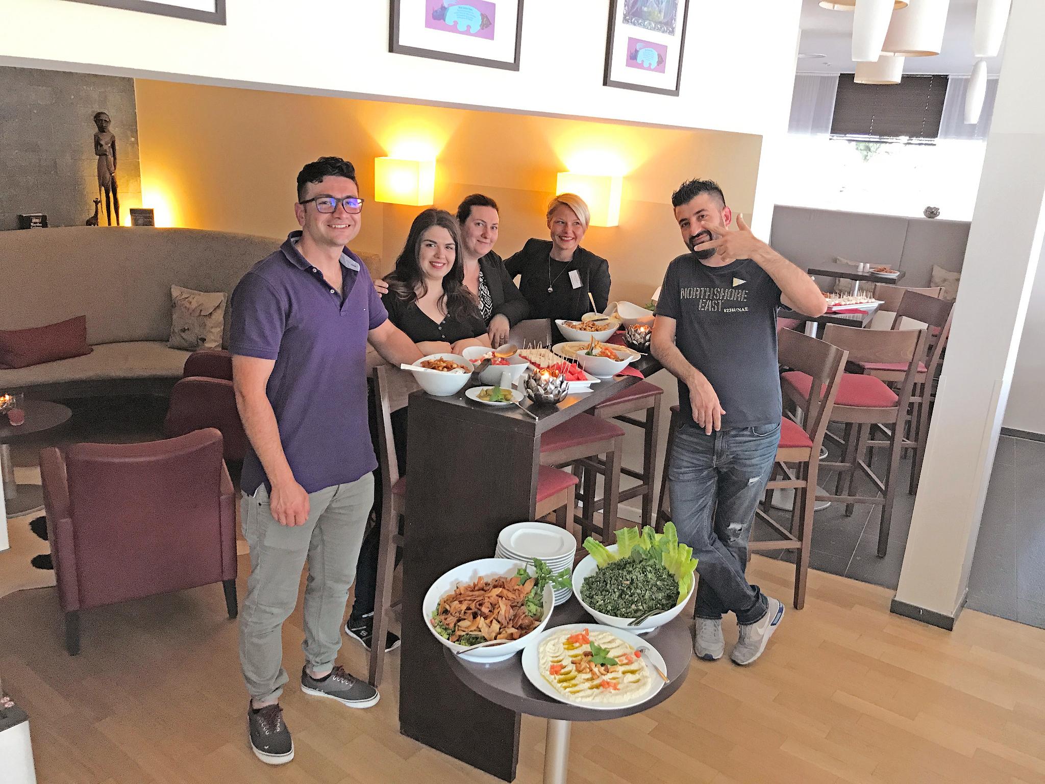 Kulinarische Vielfalt beim NETZWERK-Mitglied Hotel Esplanade: Amer Othman, Eva Stefanidou und Ali Othman kochten für die Belegschaft rund um die stellvertretende Hoteldirektorin Katja Kortmann (2. v. r.) und Hausdame Simone Ademoski (Mitte).