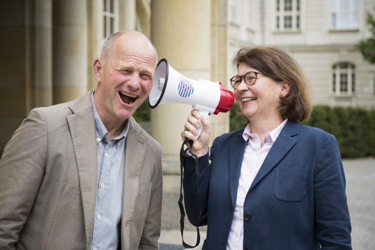 Eine Frau und ein Mann lachen