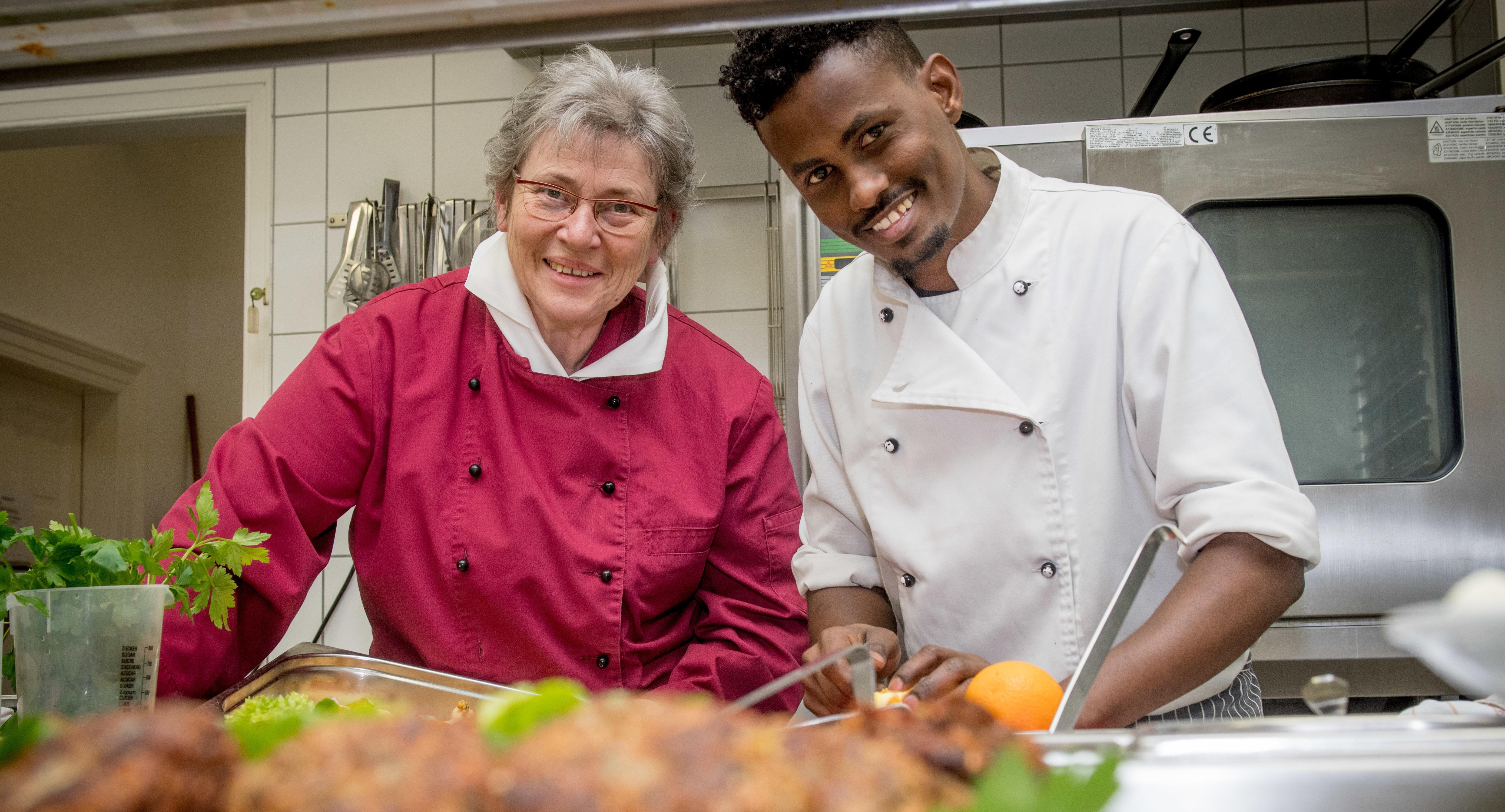Ein Mann und eine Frau stehen in der Küche