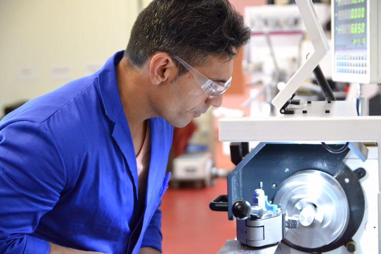 Ein Mann mit Arbeitsbrille