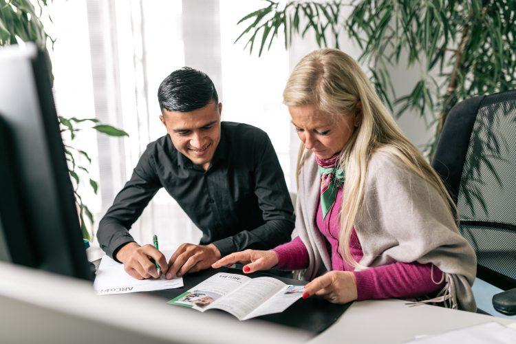 Ein Mann und eine Frau sichten Unterlagen